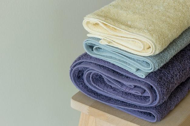 Asciugamano da bagno sul tavolo