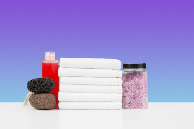 흰색 테이블에 목욕 수건과 스파 소금