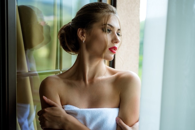 목욕 가운 여자. 완벽 한 메이크업으로 우아한 아름 다운 여자입니다. 아름 다운 섹시 한 젊은 여자. 패션 사진