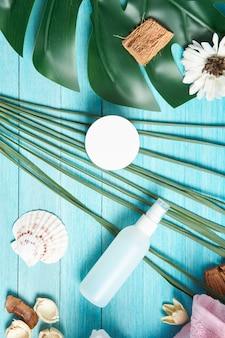 バスルームアクセサリー化粧品石鹸緑の葉青い木製の背景