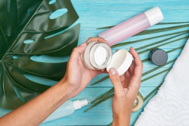 バスルームアクセサリー化粧品石鹸緑の葉青い木。
