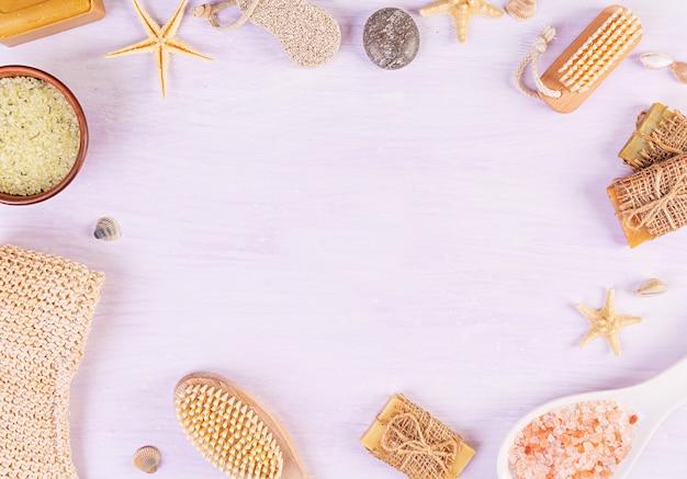 浴室付属品。スパおよびビューティーシアター製品。天然温泉化粧品とオーガニックの脅迫ボディケアのコンセプト。上面図