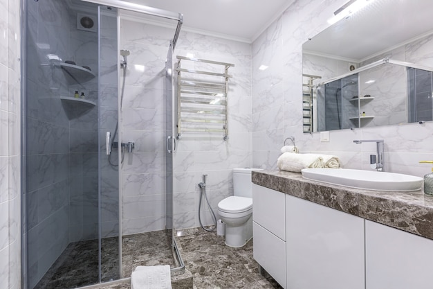 Ванная комната в современном стиле светлых тонов