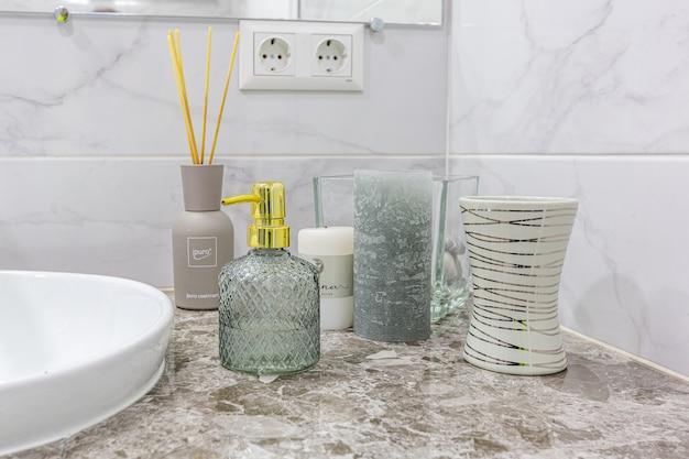 Ванная комната в современном стиле светлых тонов Premium Фотографии