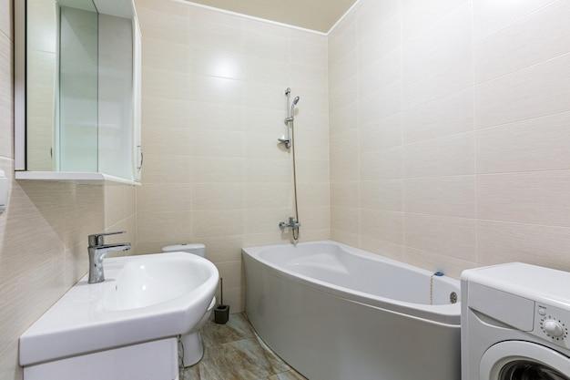 Интерьер ванной комнаты в современном стиле светло-белого цвета в реальной квартире