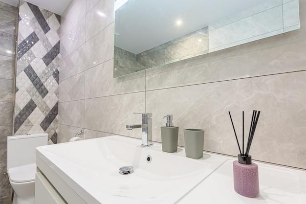 작은 스마트 아파트의 욕실 인테리어, 화장실이 있는 욕조 및 세탁기
