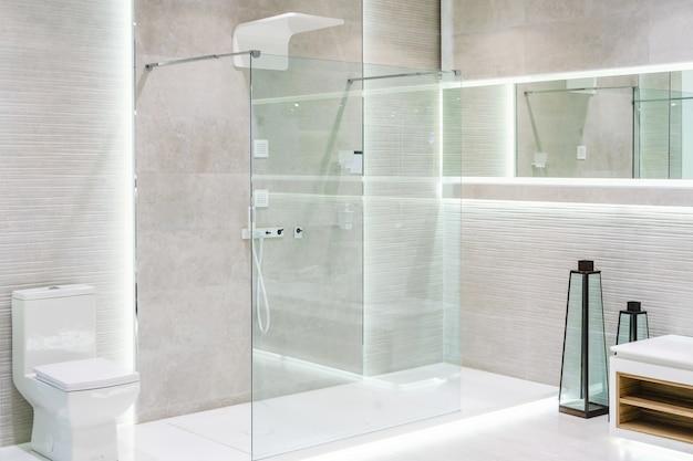 白い壁のあるバスルームのインテリア