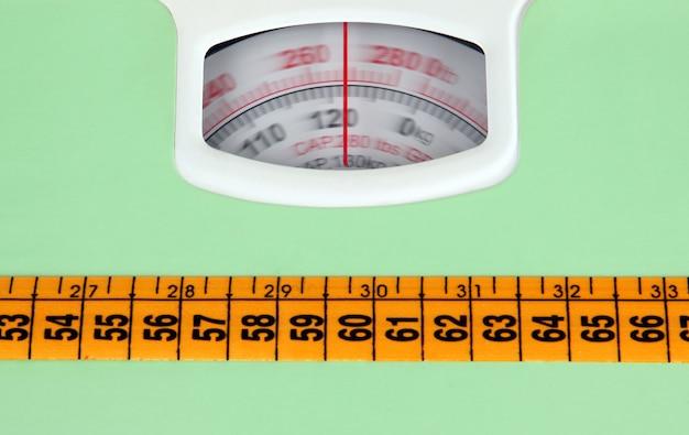 측정 테이프와 욕실 규모