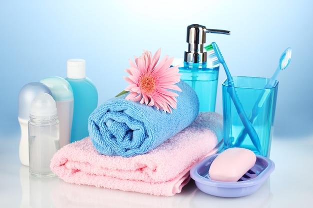 Обстановка в ванной на синем