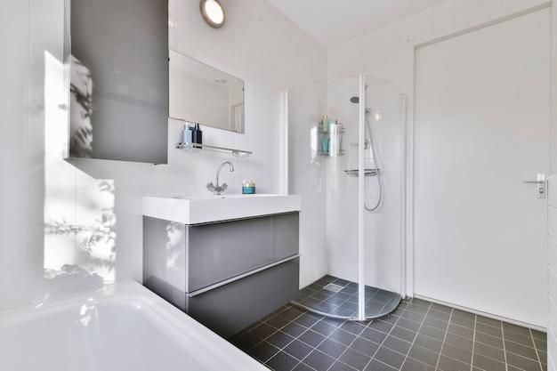Ванная комната с мраморными стенами