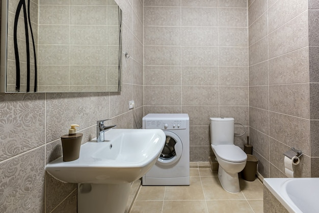 Ванная комната с душем, ванной и светлой плиткой