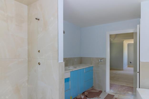 シンクと壁のタイル張りのシャワーカーテン付きのバスルーム。