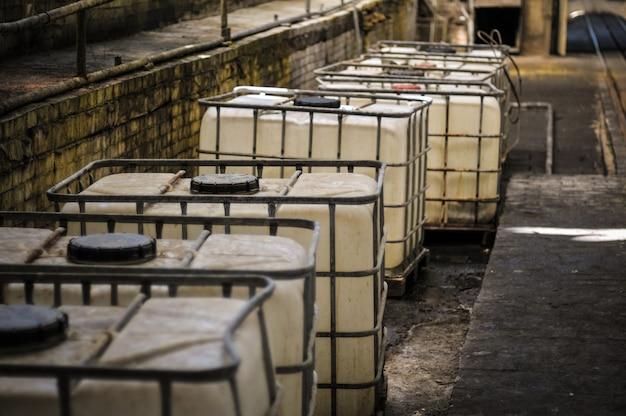 위험한 산업에서 사용되는 화학 활성 액체의 용기 및 캔