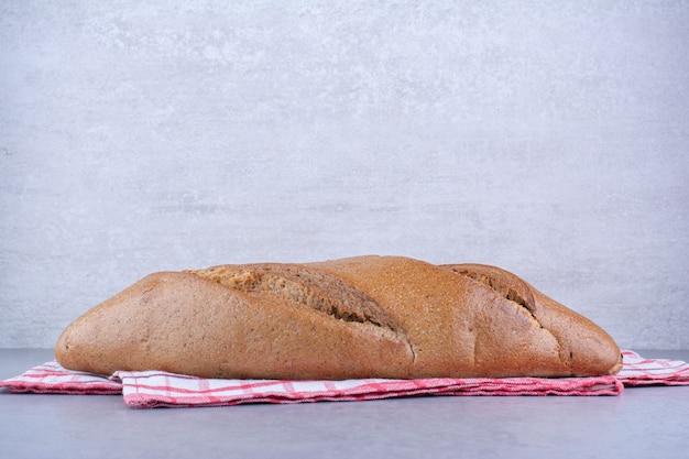 대리석 표면에 수건에 배턴 빵