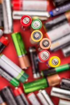 Батареи, стоящие вертикально и лежащие на красном фоне