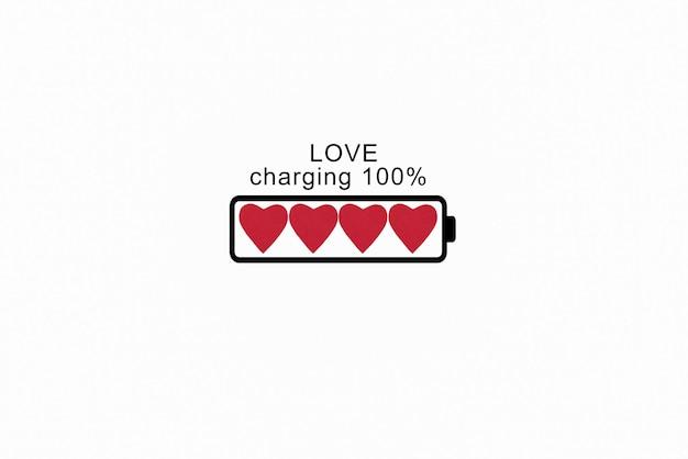 赤いハートの形で充電を示すバッテリー。バレンタイン・デー。