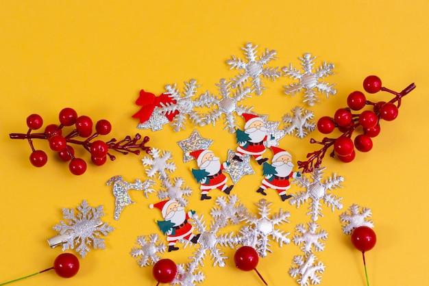 明るいベージュのパステルカラーの背景に安物の宝石の装飾品。クリスマスパーティーのための装飾されたテーブル