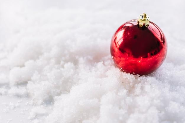 雪の上にbaubleのクリスマスの組成