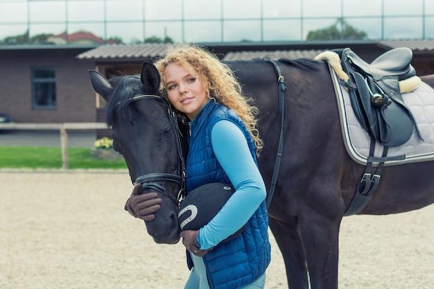 Красивая девушка с лошадью