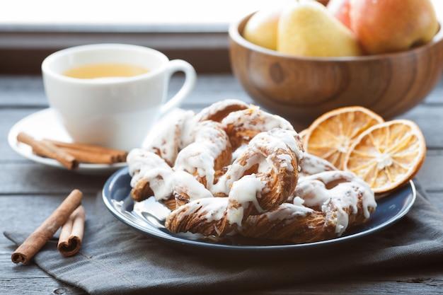 Bavarian cream puff with crushed hazelnut.