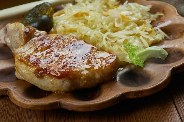 Баварская кухня, традиционная свиная отбивная и запеканка из квашеной капусты