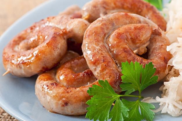 Баварские жареные колбаски на квашеной капусте