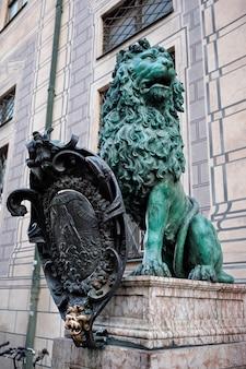 Статуя баварского льва в мюнхенском резиденции