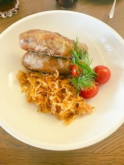 キャベツの煮込みとバイエルンソーセージ。食べ物の写真