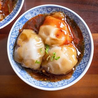 肉圓(肉圓)、台湾のミートボールの珍味、おいしい屋台の食べ物、豚肉が入った丸い形の餃子を包んだ蒸し餃子、クローズアップ、コピースペース