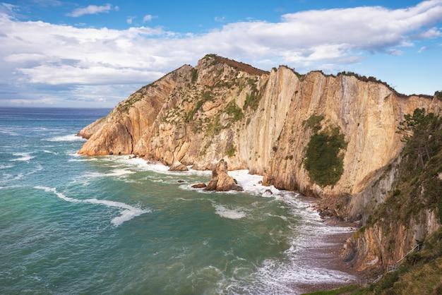El silenio beach、cudillero、アストゥリアス、スペインの湾と崖。