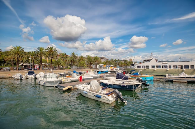 Залив и небольшой морской порт с лодками в специи. средиземное море, лигурия, италия