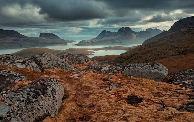 로포텐 제도의 산속에 있는 만. 북극 노르웨이의 아름다운 가을