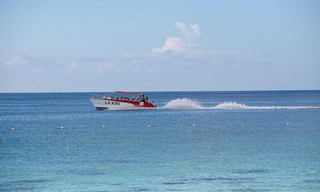바야히베, 도미니카 공화국 2019년 12월 13일: 바야히베 바다의 모터보트