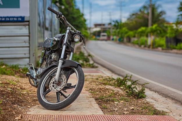 バヤイベ、ドミニカ共和国2020年1月26日:ドミニカ共和国の道路近くのビンテージバイク