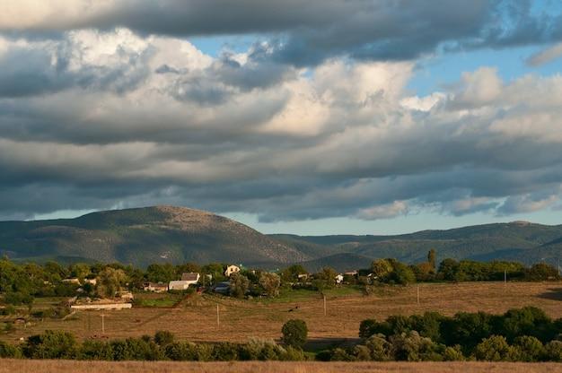 山baydarskayaと緑の谷の上の厚い雲