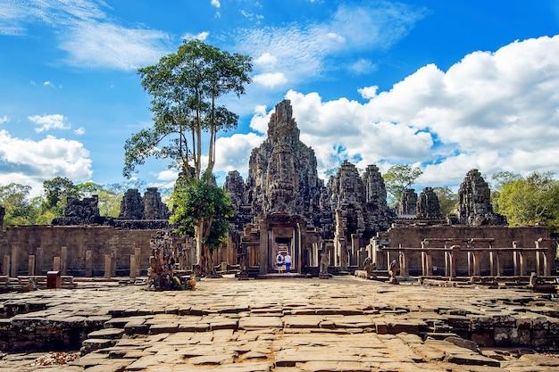 Tempio bayon con gigantesche facce di pietra, angkor wat, siem reap, cambogia.