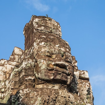 Стародедовская сторона замка bayon на голубом небе.
