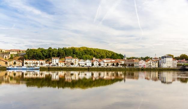 フランスのニーヴ川に架かるバイヨンヌ市