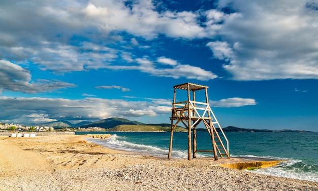 南アルバニア、サランダのビーチにあるベイウォッチチェア