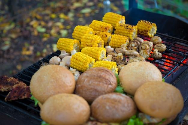 Барбекю бургеры и шампиньоны с грибами и кукурузой на гриле