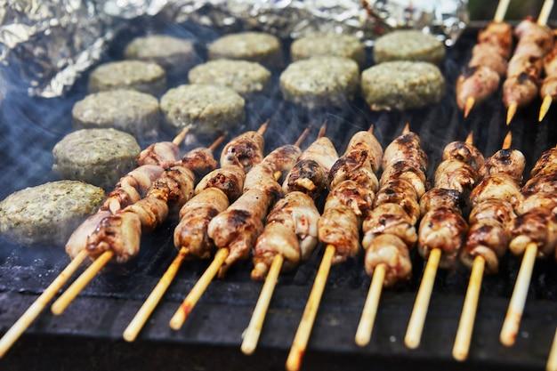 バーベキューハンバーガー、串焼きのグリルハート、スモークバーベキューパーティー。閉じる。