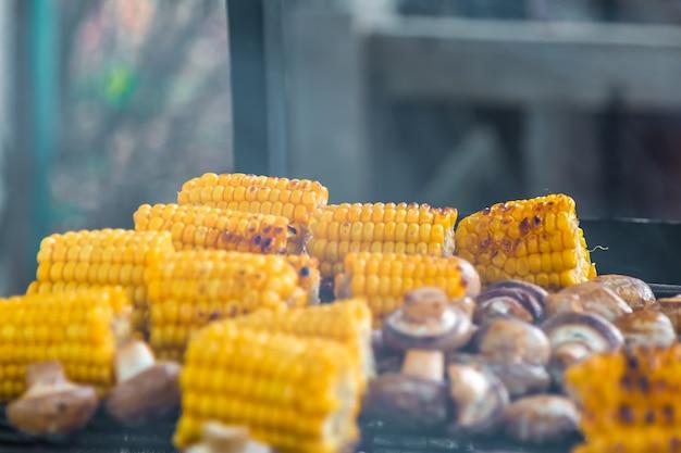 Шашлык из шампиньонов и кукурузы на гриле и копчении
