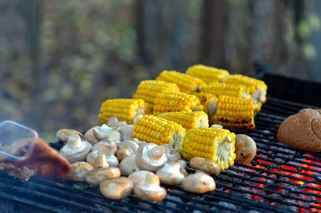Bbq шампиньоны, грибы, хлеб и кукуруза, приготовленные на гриле