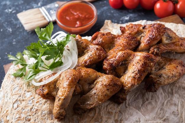 레드 소스를 곁들인 바베큐 닭 날개. 닭 날개 구이