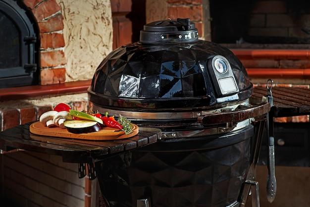 バーベキューのコンセプト、ダークキッチン、肉と野菜のグリル調理エリア