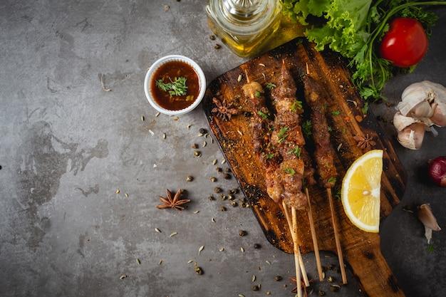 Гриль-барбекю, приготовленный с острым соусом из сычуаньского перца это китайская трава.