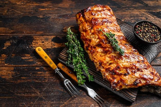 まな板の上で豚バラ肉をbbqグリル。