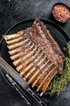Барбекю решетка из баранины на гриле ребрышки ребрышки на тарелке с тимьяном