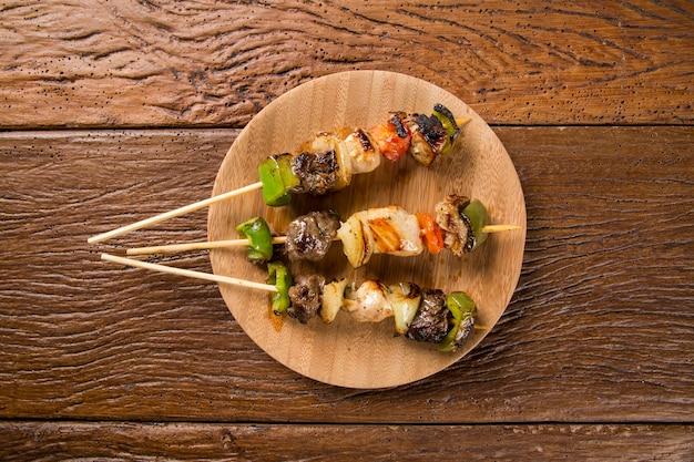 막대기에 바베큐 고기, 야채 막대기로 케밥 꼬치