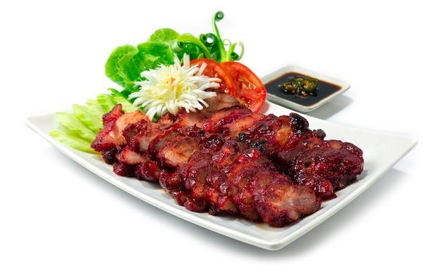 흰색 배경에 고립 된 소스와 함께 하얀 접시에 바베큐 로스트 돼지 고기 홍콩 스타일